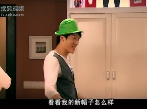 """""""look! how's my new hat?"""" Wearing a green hat is a joke in this sitcom"""