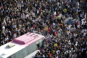 "saying ""qing wen"" will be of no use when getting off a crowded bus in China"